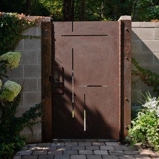 На фото: участок и сад в современном стиле с полуденной тенью с