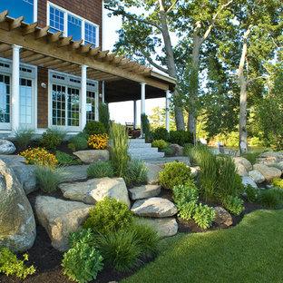 Großer Maritimer Garten neben dem Haus mit direkter Sonneneinstrahlung, Natursteinplatten und Steindeko in Boston
