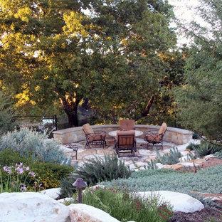 Modelo de jardín de secano, mediterráneo, grande, en verano, en patio trasero, con exposición total al sol y adoquines de piedra natural