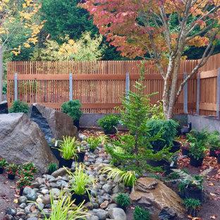 Idee per un piccolo giardino xeriscape moderno esposto a mezz'ombra in cortile in inverno con sassi e rocce e sassi di fiume