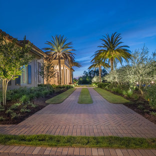 Design ideas for a traditional front yard brick garden path in Tampa.