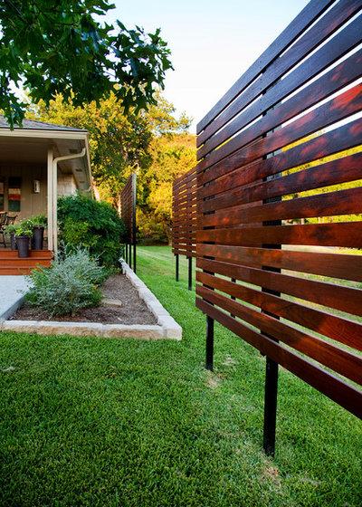 Contemporary Garden by Dawn Hearn Interior Design