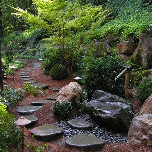 フィラデルフィアの広いトラディショナルスタイルのおしゃれな庭の噴水の写真