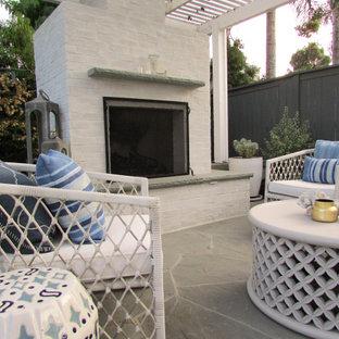 Mittelgroßer, Halbschattiger Moderner Garten hinter dem Haus mit Kamin und Natursteinplatten in San Diego
