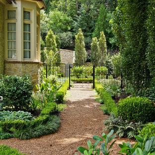 Imagen de jardín clásico en patio lateral