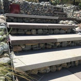 Geometrischer, Großer, Halbschattiger Mediterraner Garten im Sommer, hinter dem Haus mit Kamin und Natursteinplatten in Orange County