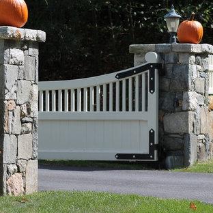 Foto de acceso privado tradicional, grande, en patio delantero, con muro de contención, exposición parcial al sol y mantillo