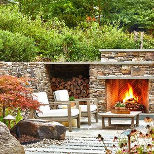 Großer Moderner Garten im Sommer, hinter dem Haus mit Kamin, direkter Sonneneinstrahlung und Natursteinplatten in Washington, D.C.