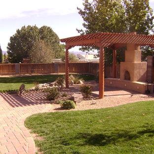 Mittelgroßer Klassischer Garten hinter dem Haus mit Pflasterklinker und Kamin in Albuquerque