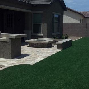 Foto di un grande giardino xeriscape american style esposto in pieno sole dietro casa in estate con pavimentazioni in pietra naturale