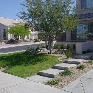 Idée de décoration pour un petit jardin avant sud-ouest américain l'été avec une entrée ou une allée de jardin, une exposition ensoleillée et du gravier.
