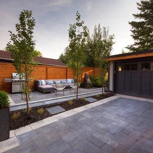 Mittelgroßer Klassischer Garten hinter dem Haus mit Natursteinplatten in Toronto