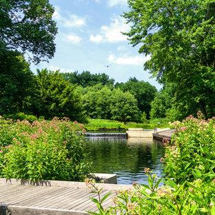 Идея дизайна: участок и сад на заднем дворе в классическом стиле с прудом и настилом