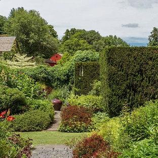 Ispirazione per un giardino formale classico dietro casa con pavimentazioni in cemento