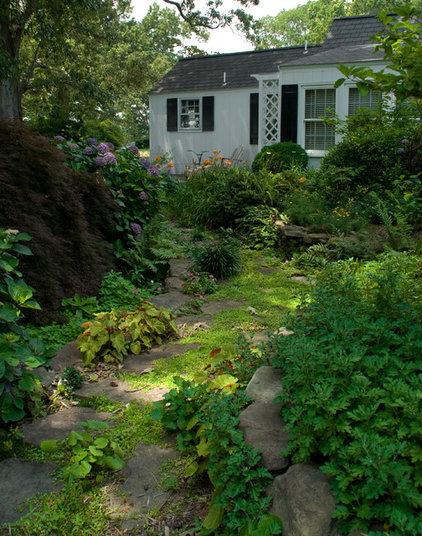Traditional Landscape by Edward Gosman & Associates Inc