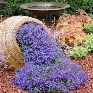 Esempio di un piccolo giardino classico esposto a mezz'ombra dietro casa con pacciame