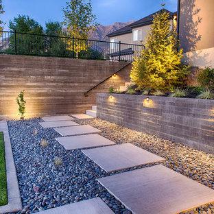 Moderner Garten hinter dem Haus mit Sportplatz und Rasenkanten in Salt Lake City