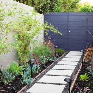 Пример оригинального дизайна: участок и сад на заднем дворе в современном стиле