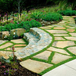 Imagen de jardín mediterráneo, en ladera, con adoquines de piedra natural