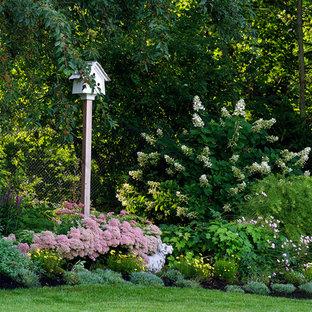 Aménagement d'un jardin arrière classique l'été.