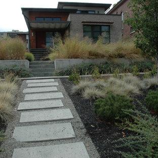Réalisation d'un xéropaysage avant minimaliste de taille moyenne et l'automne avec un chemin, une exposition ensoleillée et un gravier de granite.