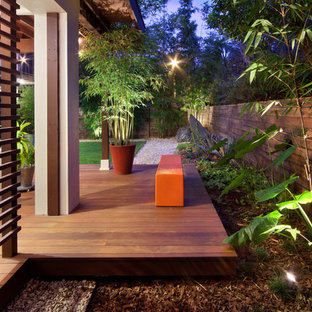 Foto på en mellanstor funkis bakgård, med trädäck