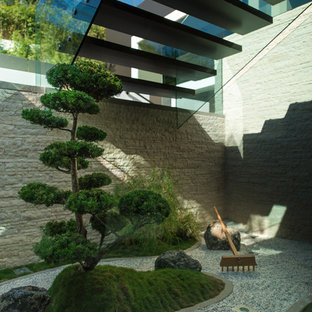 This is an example of an asian courtyard gravel landscaping in Los Angeles.