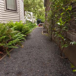Esempio di un piccolo giardino formale minimalista esposto a mezz'ombra nel cortile laterale in inverno con un ingresso o sentiero e ghiaia