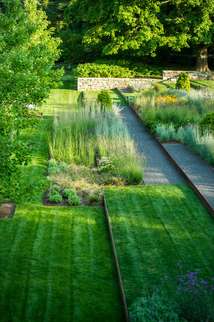 Contemporary Landscape by The LaurelRock Company