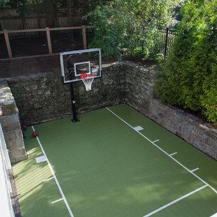 Klassischer Garten hinter dem Haus mit Sportplatz in Boston