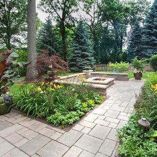 Großer, Halbschattiger Klassischer Garten hinter dem Haus, im Sommer mit Feuerstelle, Pflasterklinker und Auffahrt in Chicago