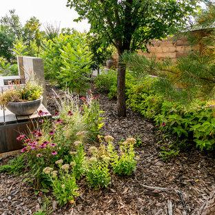 Mittelgroßer Moderner Garten neben dem Haus mit Kamin in Calgary