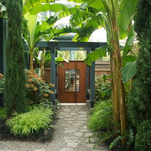 Imagen de jardín actual, en patio trasero, con adoquines de piedra natural