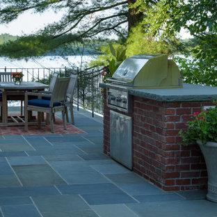 ボストンの広いトラディショナルスタイルのおしゃれな屋上 (天然石敷き) の写真