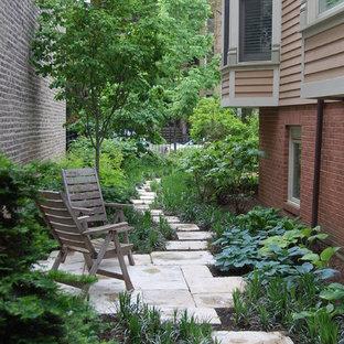Exemple d'un jardin latéral chic de taille moyenne avec une exposition ombragée.
