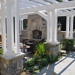 Geometrische Klassische Gartenkamin hinter dem Haus mit direkter Sonneneinstrahlung und Natursteinplatten in Chicago