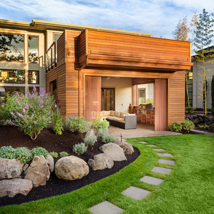 Выдающиеся фото от архитекторов и дизайнеров интерьера: геометрическая садовые дорожки и калитки на заднем дворе в современном стиле с мощением тротуарной плиткой
