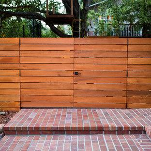 Aménagement d'un xéropaysage avant moderne de taille moyenne avec une entrée ou une allée de jardin, une exposition partiellement ombragée et des pavés en brique.