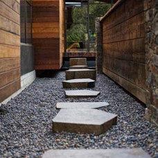 Modern Landscape by Quezada Architecture