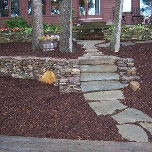 Ejemplo de camino de jardín tradicional, de tamaño medio, en patio trasero, con adoquines de piedra natural y exposición parcial al sol