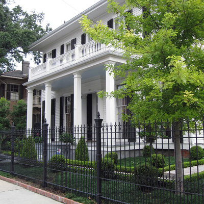 Design ideas for a traditional front yard landscaping in New Orleans.