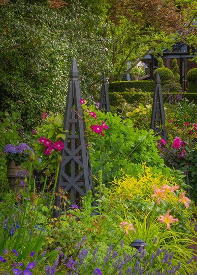Traditional Landscape by Terra Design