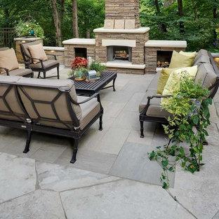 Großer, Halbschattiger Klassischer Garten im Sommer, hinter dem Haus mit Kamin und Natursteinplatten in Minneapolis