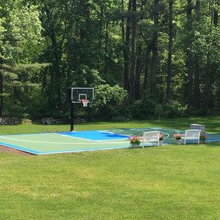 Immagine di un grande campo sportivo esterno classico dietro casa