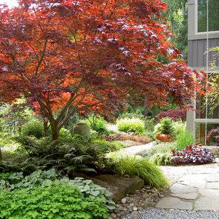 Réalisation d'un jardin tradition l'automne avec une exposition ombragée et du gravier.