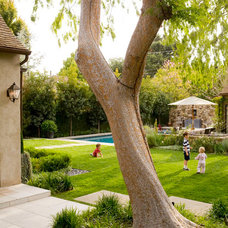 Traditional Landscape by EPT DESIGN