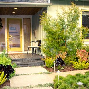 Idee per un giardino xeriscape minimalista esposto in pieno sole davanti casa e di medie dimensioni con pavimentazioni in cemento
