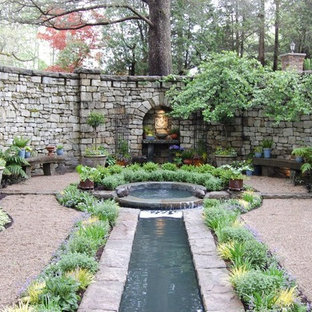 Inspiration for a traditional landscaping in New York.