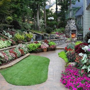 Klassischer Garten hinter dem Haus mit Pflasterklinker und Blumenbeet in Atlanta