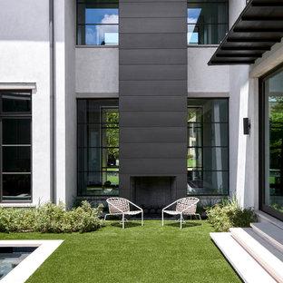 Großer Moderner Vorgarten mit Kamin und direkter Sonneneinstrahlung in Dallas